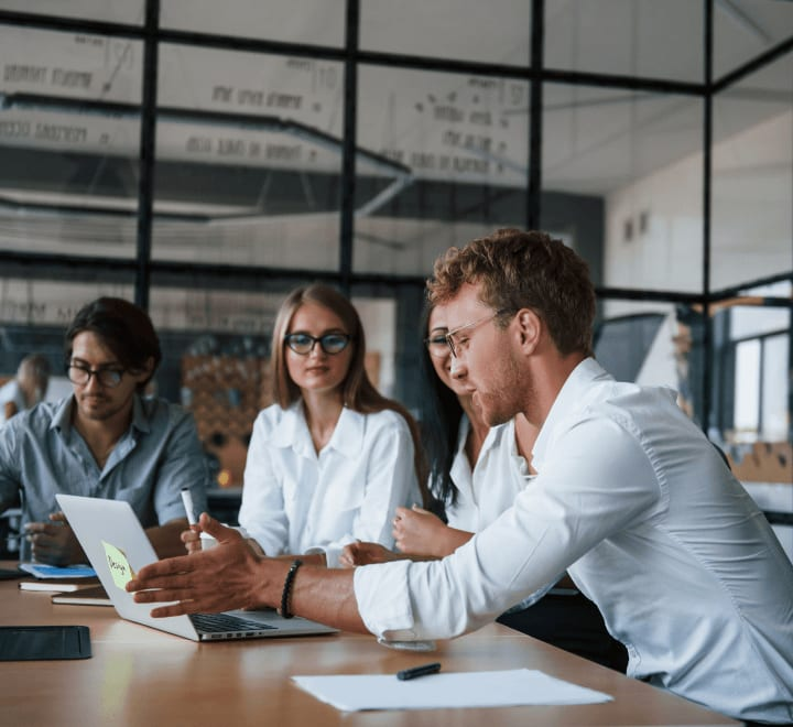 Une société anonyme (SA) est une société de capitaux privilégiée pour les projets de grande envergure.
