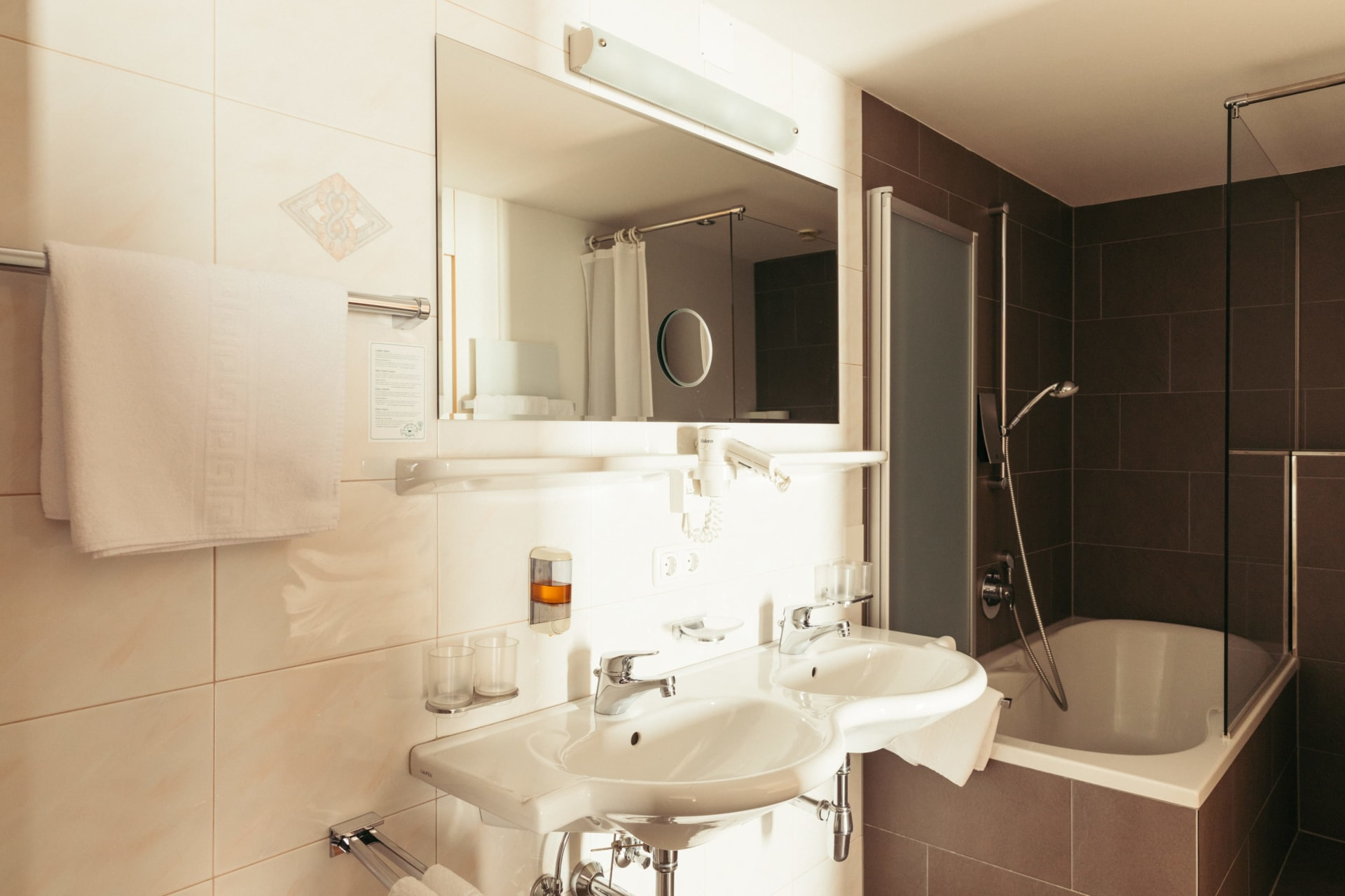 Badezimmer mit Dusche + Badewanne im großen Familienzimmer