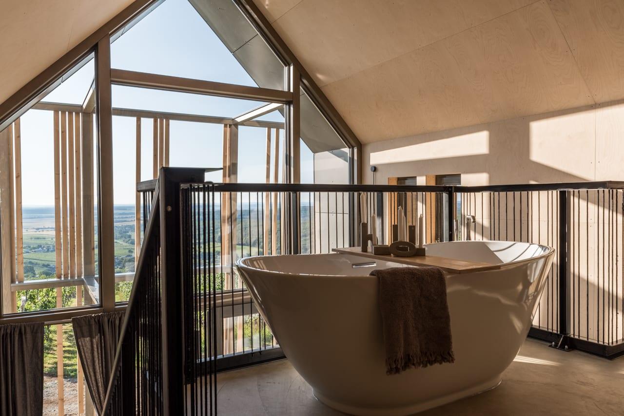 Galerie mit freistehender Doppelbadewanne