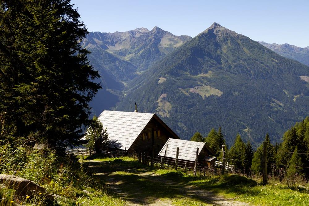 Die Bschellnighütte mit Bergblick