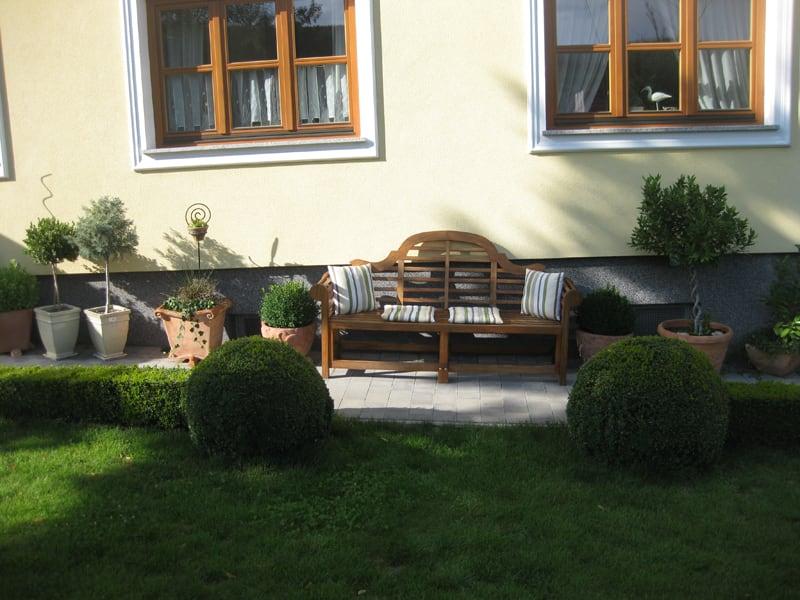 Weinpension Andrea - Gemütlich Bank mit Blick in die Weingärten und den Wald