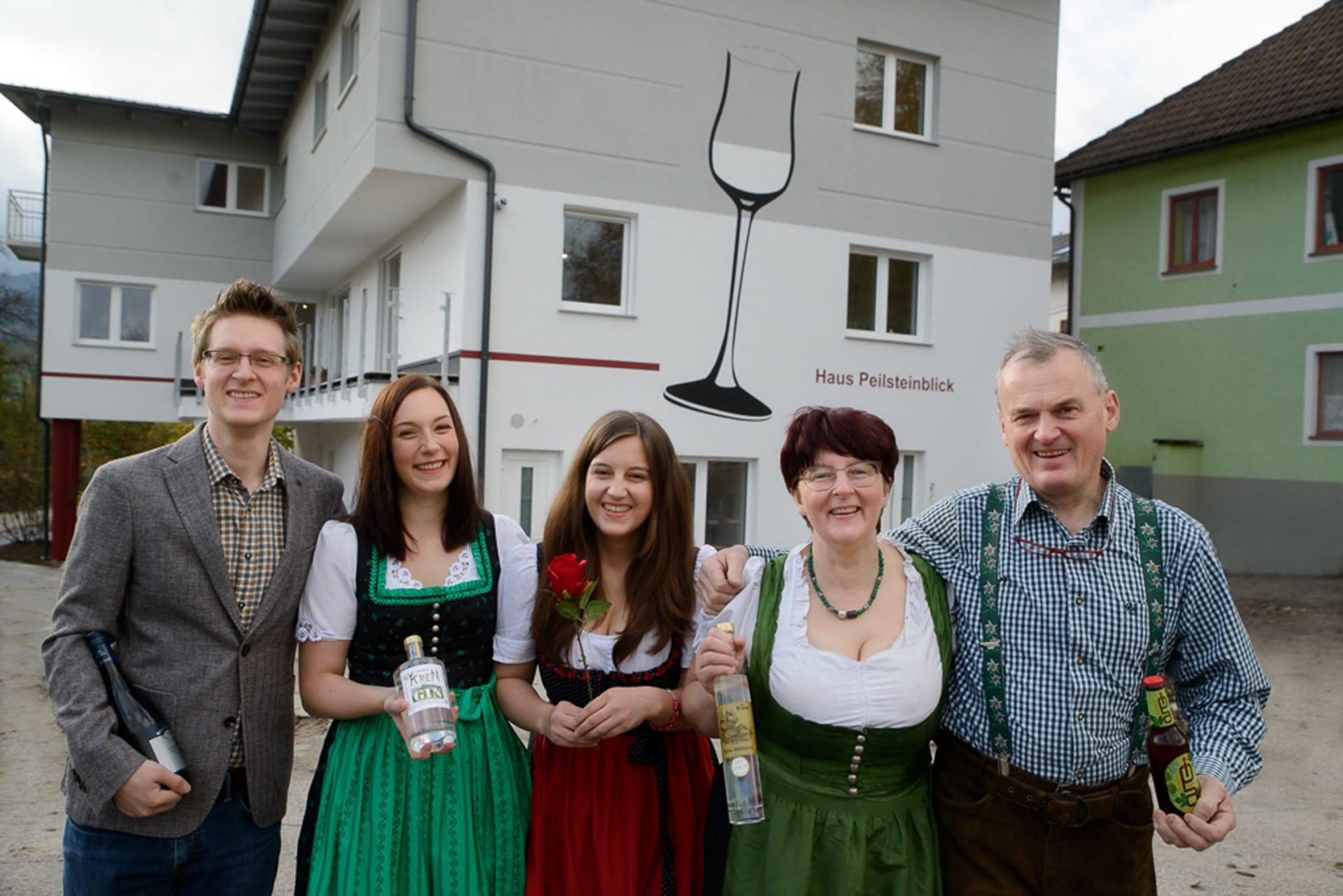 Familie vor Haus Peilstein