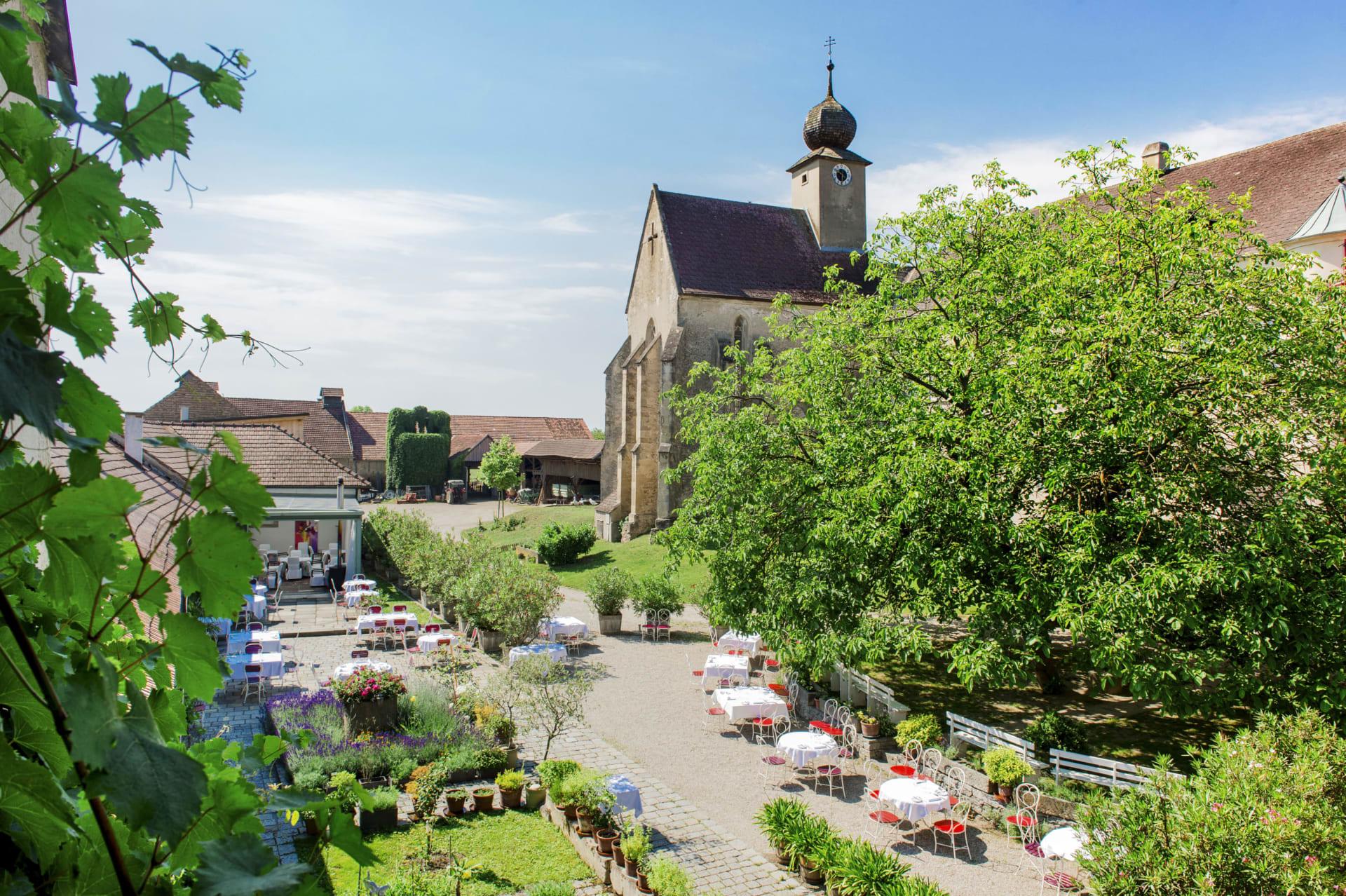 Innenhof - Restaurant und Hofkapelle