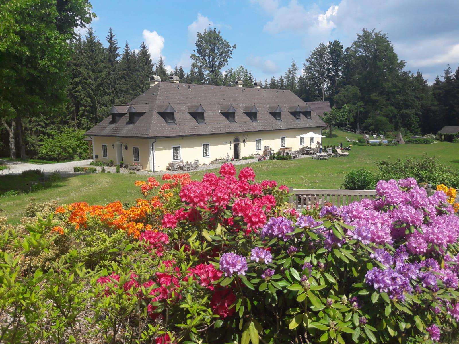 Ithas secret escape - Ansicht Forsthaus und Garten