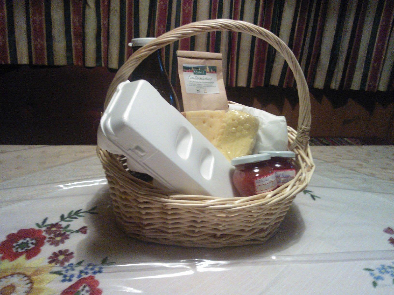 Frühstückskorb gefüllt mit Hofprodukten und Produkten vom Bauernladen - für das Frühstück