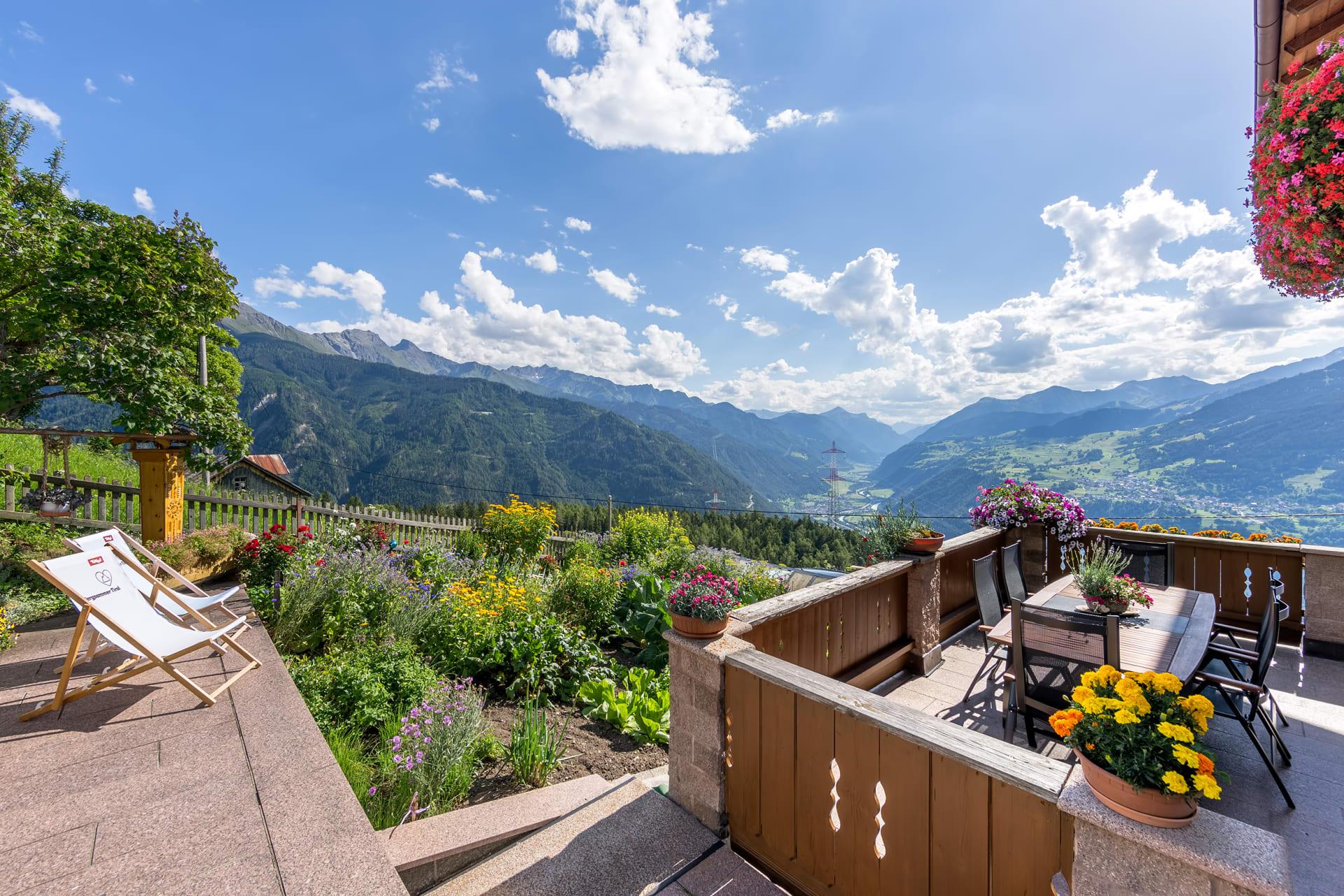 Biohof-Inntalblick, gerne dürfen Sie auf der Terrasse Platz nehmen