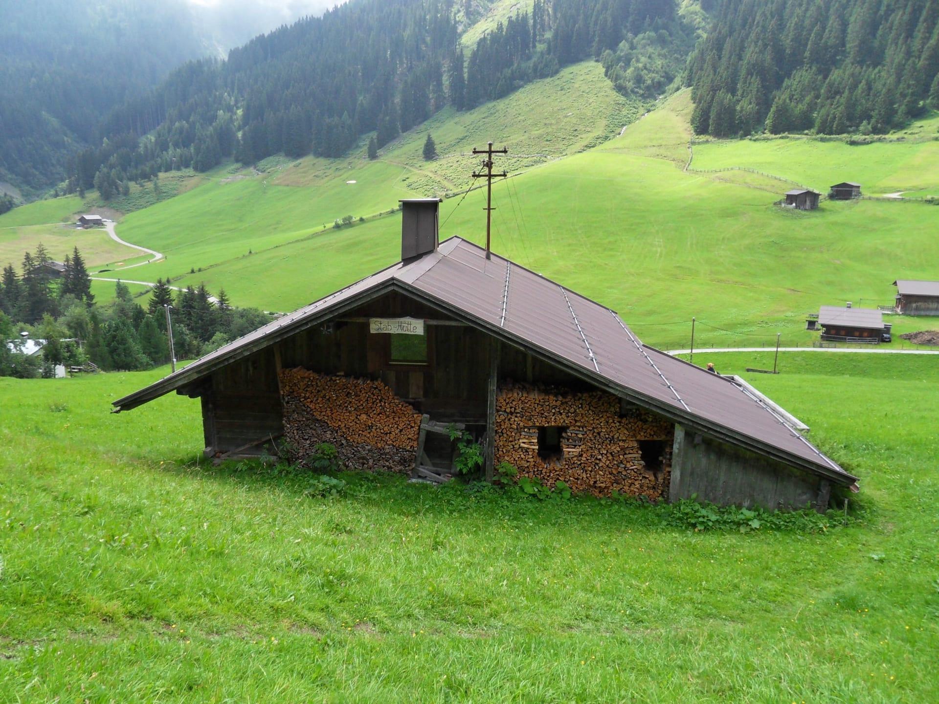 Hütte vom Feldweg aus