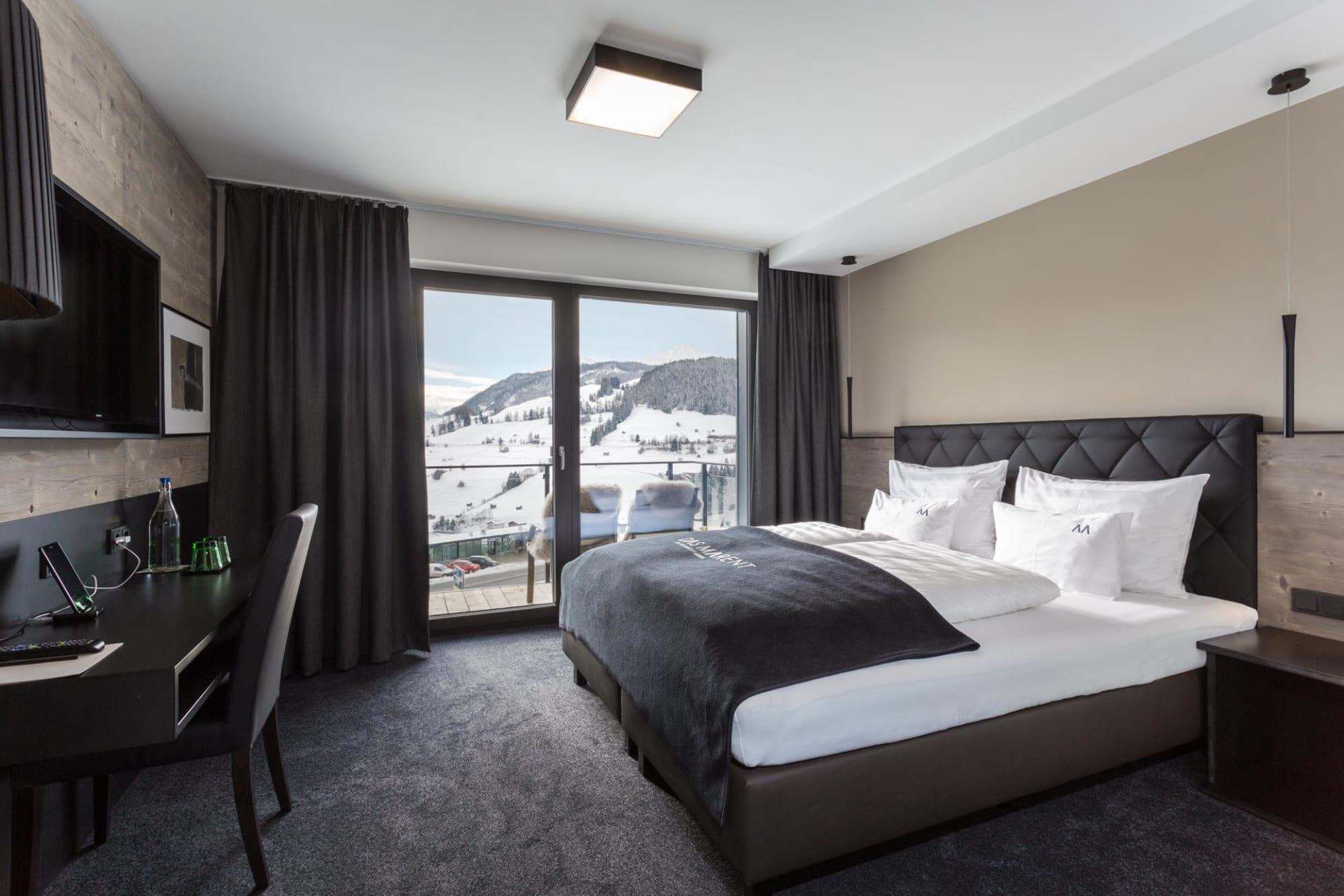 bettdecken f r 2 personen schlafzimmer lampe schwarz gold brombeere wandfarbe tapeten. Black Bedroom Furniture Sets. Home Design Ideas