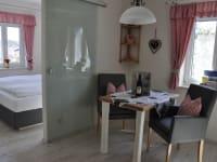 Gemütliche Sitzecke im Zweigelt mit Blick ins Schlafzimmer