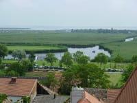 Blick vom Kirchturm auf den See.