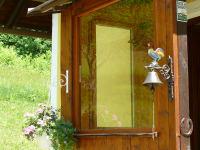 Blumenampel und Türglocke Hahn