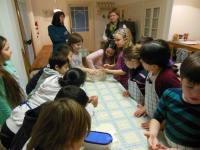 Schule beim Brotbacken