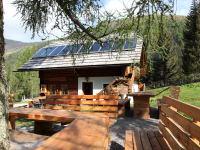 Die eigens gebauten Tische und Bänke sind ebenfalls aus Lärchenholz