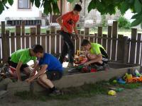 Kinder im Sandhaufen
