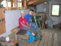 Kinder mit dem Holzhäuschen