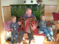 Opa mit den Zwillingen