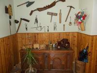 Bauerntruhe mit alten Werkzeug