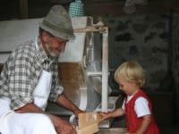 Frisches Mehl in unserer  kleinen Wassermühle