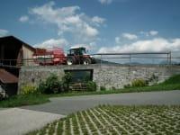Traktor auf Stadelauffahrt