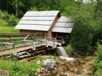 Vorbei an schönen, alten Hütten