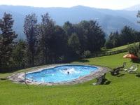 unser Schwimmbad mit großer Liegewiese