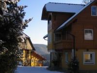 Winter Ferienhaus und Stall