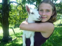Anna mit Ziege Daisy