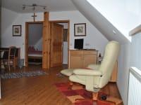Wohnzimmer in der oberen Wohnung