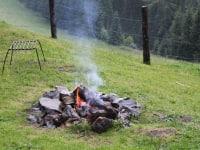 Lagerfeuer vor der Hütte