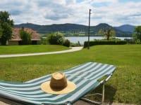 Blick auf den See mit dem Stift St. Georgen