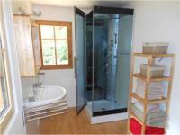 Bad mit Waschbecken und Dusche