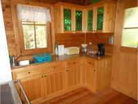 Küche mit Holzherd und Spüle