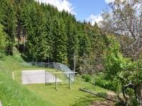 Der vom Hausherrn eigens betonierte Tennisplatz lädt zu spannenden Matches ein.