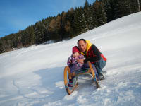 Ida und Alex beim Schlittenfahren