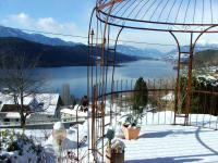 Pavillon im Winter mit Blick auf Millstätter See