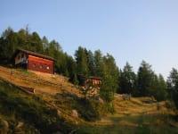 Die beiden Hütten befinden sich auf etwa 1950 m Seehöhe