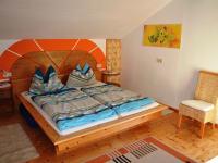 Gemütliches Holzbett mit direkten Gang auf den Panoramabalkon