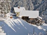 Im Winter ladet der Holzofen in unserer Ferienwohnung zum gemütlichen Beisammensein ein.