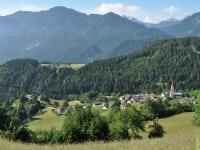 Ein Blick auf unser kleines Dorf Zwickenberg mit gotischer Kirche