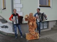 Bei uns wird auch musiziert. Auf Wunsch spielen wir auch für unsere Gäste.