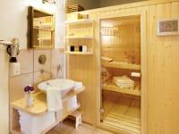 Das Badezimmer mit Sauna