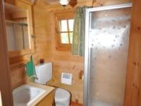 Waschraum mit Dusche und WC