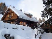 Winteransicht der Hütte