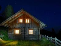 Hütte bei Nacht