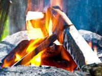 Lagerfeuer direkt vor der Hütte