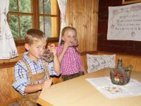 Tröbacheralm Hütte - Kinder trinken Quellwasser