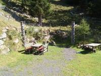 Tröbacheralm Hütte - Sitzbereich/Feuerstelle