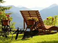 Holzliegen direkt vor Türe laden zum Entspannen, Genießen und Verweilen ein..