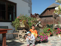 Kinder vorm Haus
