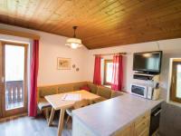 Essecke und Wohnküche im Ferienhaus am Waldrand